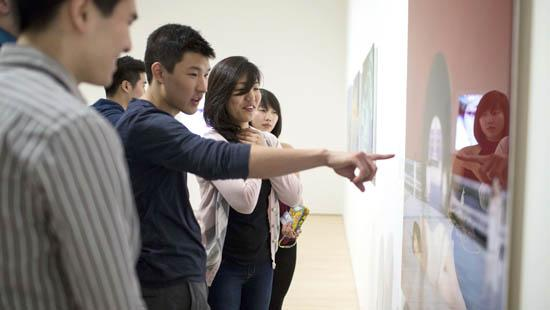 Students view the Teaching Gallery exhibition Wŏmen (我们): Contemporary Chinese A